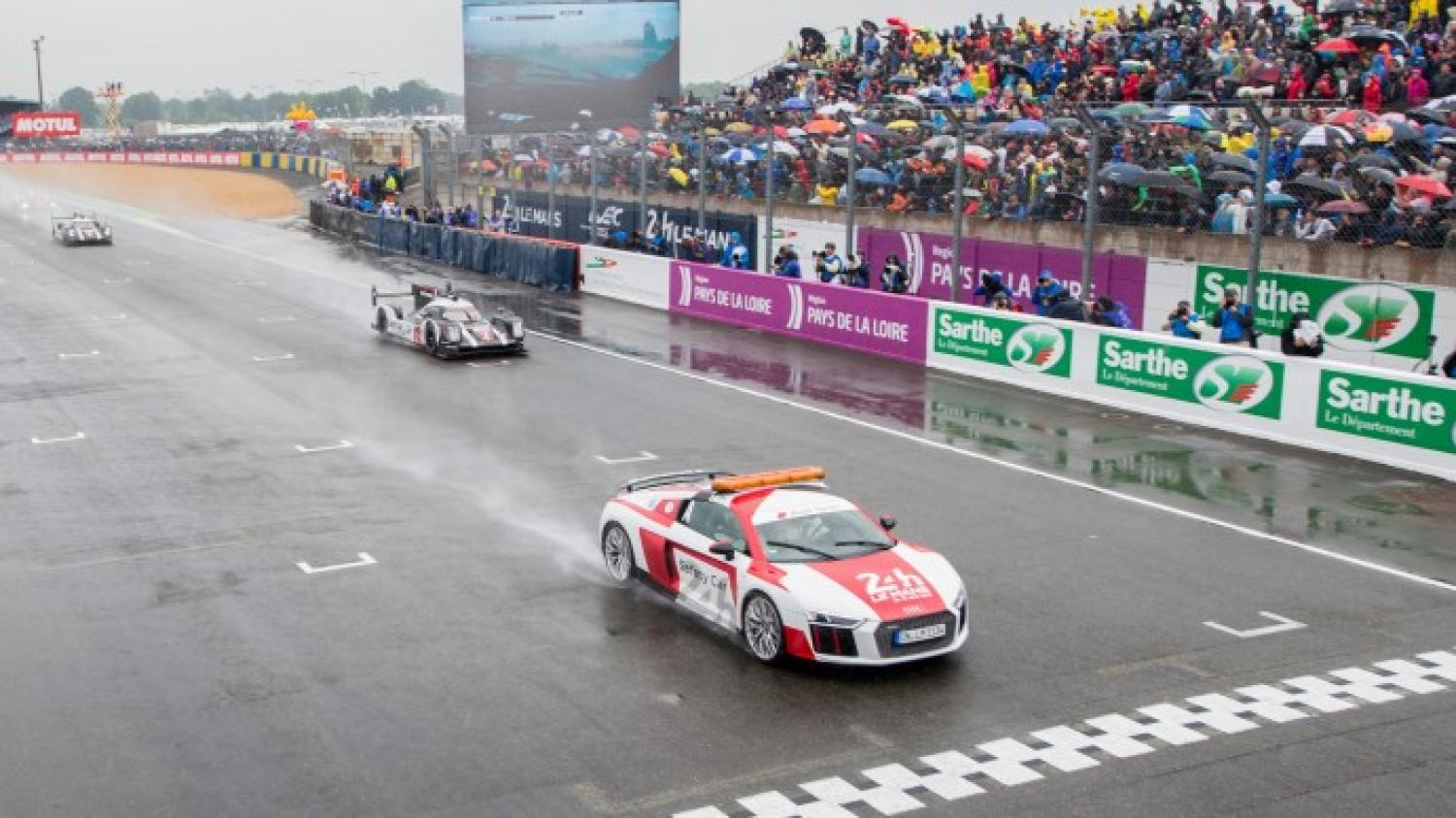 First hour - Toyota moves into the lead after wet start