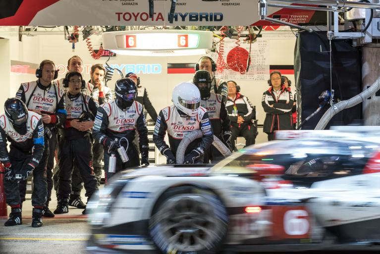 Seventeenth hour: the two Toyotas lead!